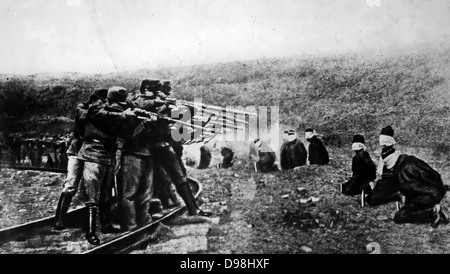 Austrian soldiers executing Serbian POWs in 1917, During the First world War - Stock Photo