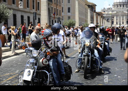 Harley Davidson motorcycle club members. Harley-Davidson Enthusiasts Roll Into Rome.  The low rumbling of some 35,000 - Stock Photo