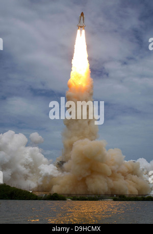 Space shuttle Atlantis lifts off from the Kennedy Space Center, Florida. - Stock Photo