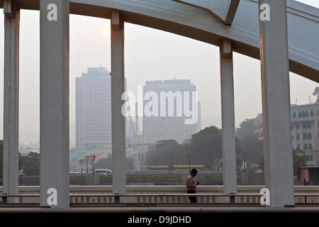 Singapore, Singapore River at Elgin Bridge, under a blanket of thick haze from annual dry season burning in Indonesia. - Stock Photo