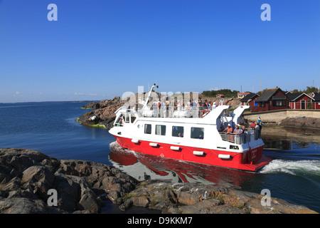 Ferry leaves Landsort Island (Oeja), Stockholm Archipelago, baltic sea coast, Sweden, Scandinavia - Stock Photo