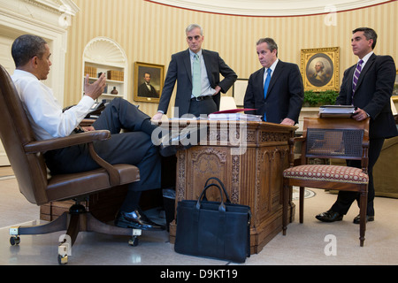 US President Barack Obama talks with senior advisors in the Oval Office of the White House May 8, 2013 in Washington, - Stock Photo