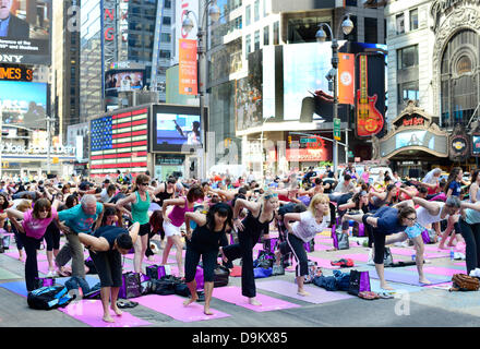 New York, USA. 21st June 2013. Mass Yoga session in New York's Times sq. Credit:  Boaz Rottem/Alamy Live News