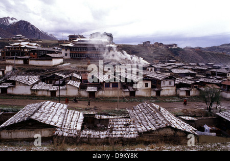 Snow covers the small alpine town of Langmusi on the eastern edge of the Qinghai Plateau, nestled in a valley shared - Stock Photo