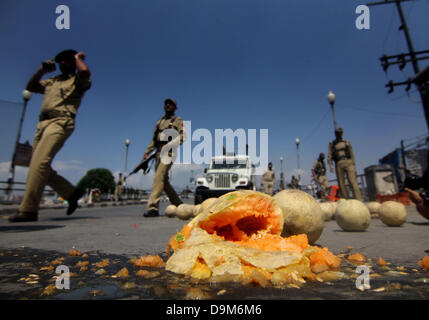 Srinagar, Indian Kashmir. June 22, 2013 - Indian police personnel keep vigil near the spot after two Indian policemen - Stock Photo