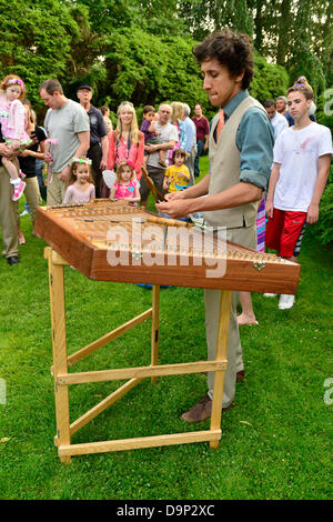 Old Westbury, New York, U.S. 22nd June 2013. Musician MAX ZBIRAL-TELLER is playing a hammered dulcimer at the Midsummer - Stock Photo