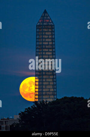 A supermoon rises behind the Washington Monument. This year the Supermoon is up to 13.5% larger and 30% brighter - Stock Photo