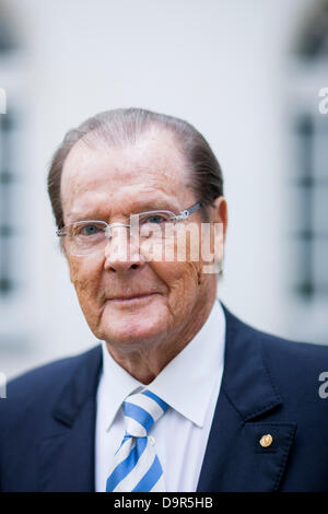 British actor Sir Roger Moore poses before an interview in Aachen, Germany, 25 June 2013. Photo: ROLF VENNENBERND - Stock Photo