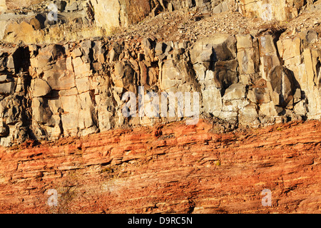 A road cut along highway 61 in northern Minnesota showing a basaltic lava flow on top of an underlying sedimentary - Stock Photo
