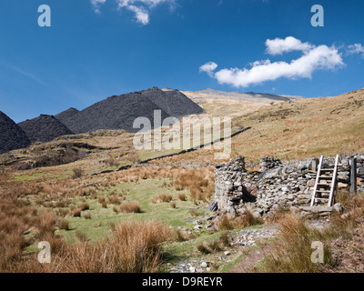 Spoil heaps from Dinorwig slate quarry scar the slopes of Elidir Fawr in Nant Peris, near the village of Llanberis - Stock Photo