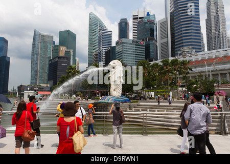 Tourists taking pictures at the Merlion Staue, Marina Bay, Singapore - Stock Photo