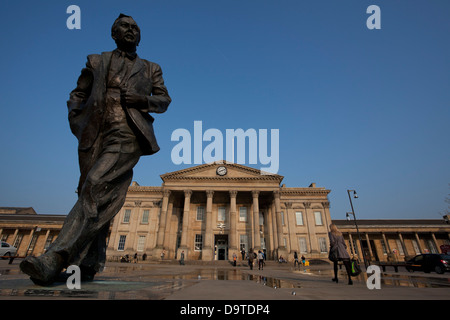 Statue of Harold Wilson outside Huddersfield Railway Station, St Georges Square, Huddersfield. - Stock Photo