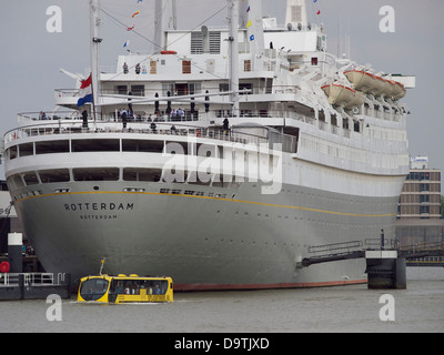 The Stern Of The Largest Cruise Ship In The World The Allure Of The Stock Photo 47339267 Alamy