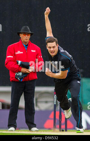 London, UK. 27th June 2013. New Zealand fans Mitchell McClenaghan, bowling during the NatWest T20 international - Stock Photo
