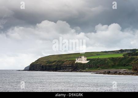 United Kingdom, Scotland, View of Dunbeath Castle on North Sea coast - Stock Photo