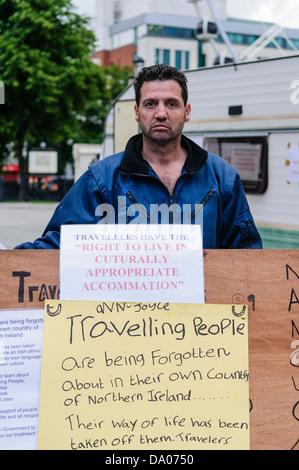 Belfast, Northern Ireland, 19th June 2009. Irish traveler Patrick Joyce protests against discrimination outside - Stock Photo
