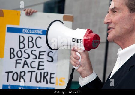 London, UK. 1st June, 2013. Former BBC journalist Jack Pizzey organised a demonstration today against BBC's refusal - Stock Photo