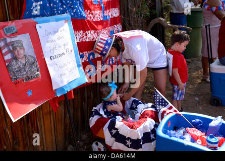 Tucson, Arizona, USA. 04th July, 2013. Celebrants in the Palo Verde Neighborhood participate in the 50th annual - Stock Photo