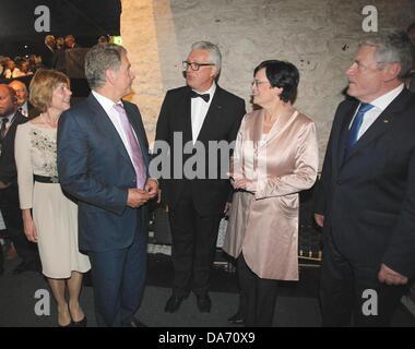 Savonlinna, Finland. 05th July, 2013. Federal President Joachim Gauck (R) and his partner Daniela Schadt (L) stand - Stock Photo