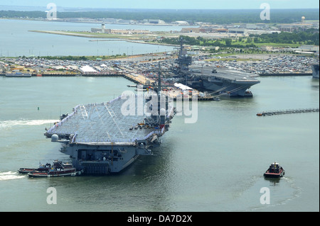 US Navy aircraft carrier USS Dwight D. Eisenhower arrives at homeport of Naval Station Norfolk after an 8-month - Stock Photo