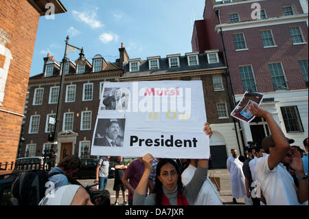 London, UK. 6th July 2013. Egyptian Embassy, London. A small group of President Morsi supporters gather to end democracy - Stock Photo