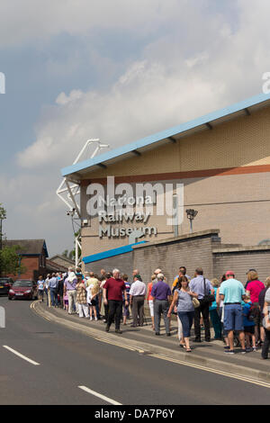 York, UK. 6th July, 2013. Railway enthusiasts and people just generally interested queing for up to a hour to enter - Stock Photo