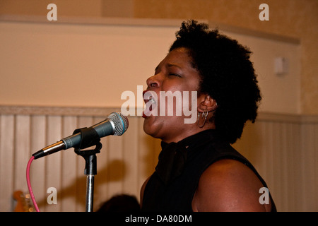 African American woman Kathleen Pearson singing at the Mercantile pub during the 2013 Blues Bonanza in Dundee, UK - Stock Photo