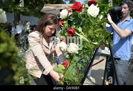 Berlin's Senator for Integration, Dilek Kolat (SPD), lays a wreath on the occasion of the start of construction - Stock Photo