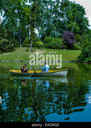Paris, FRANCE - Urban Parks Scenic, 'Bois de Vincennes', Young Teenage Couple Rowing in Canoe on Lake. - Stock Photo