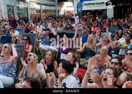Wimbledon town tennis fans cheering on Murray HOMER SYKES - Stock Photo