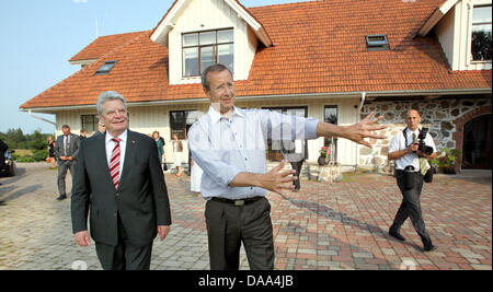 Estonian President Toomas Hendrik Ilves welcomes German President Joachim Gauck at the Estonian President's summer - Stock Photo