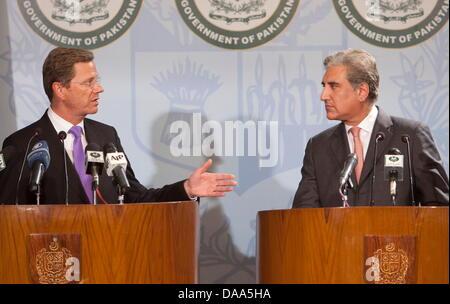 BundesaußenministerGuidoWesterwelle und sein pakistanischer Amtskollege Shah Mehmood Qureshi geben am Samstag - Stock Photo