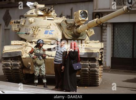 Ein junger Mann und eine Frau mit Kopftuch reden am Samstag (29.01.2011) vor einem Panzer mit einem Soldaten, der - Stock Photo
