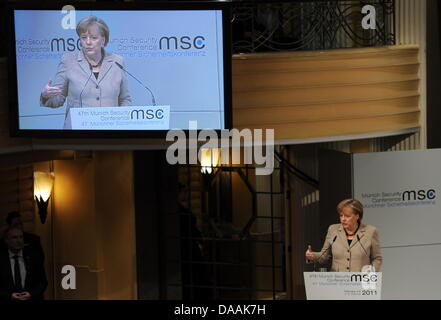 Die deutsche Bundeskanzlerin Angela Merkel spricht am Samstag (05.02.2011) bei der 47. Sicherheitskonferenz in München (Oberbayern). Bei der Konferenz vom 4. bis zum 6. Februar kommen mehr als 350 Teilnehmer und etwa 60 Minister und Regierungschefs zusammen. Foto: Tobias Hase dpa/lby