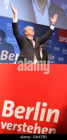 Top candidate for the Social Democratic Party (SPD) and Berlin's mayor, Klaus Wowereit, arrives at the election - Stock Photo