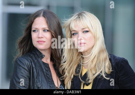Sisters Allison (L) and Catherine Pierce of the New York group 'The Pierces' ('You'll be Mine') pose inCologne,Germany, - Stock Photo