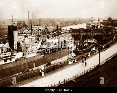 Warrington Latchford Locks early 1900s - Stock Photo
