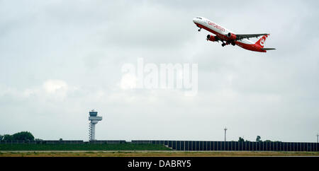 An airberlin Airbus A320 takes off from Leipzig/Halle Airport inSchkeuditz, Germany, 04 July 2013. Photo: PETERENDIG - Stock Photo