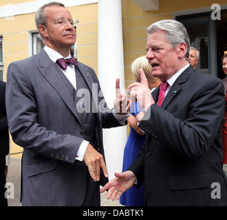 German President Joachim Gauck (R) says goodbye to Estonian Toomas Hendrik Ilves at the Offices of the German Representation - Stock Photo