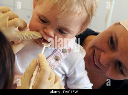 A dentist examines the teeth of a one-year-old at the ambulatory care unit of the research project LIFE-Child, a - Stock Photo