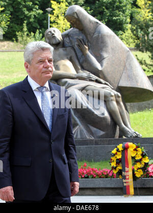 Vilnius, Lithuania. 11th July, 2013. German President Joachim Gauck lays a wreath at the national memorial for the - Stock Photo