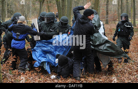 Police officers move in on anti-nuclear activists demonstrating against the castor nuclear transport by conducting - Stock Photo