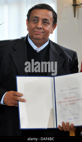 Erich Schneeberger, Chairman of the Bavarian state association of Sinti and Roma, receives the Silver Medal of the - Stock Photo