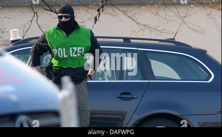 Heavily armed policemen arrive in a car at the German Federal Court in Karlsruhe, Germany, 03 March 2011. On 02 - Stock Photo