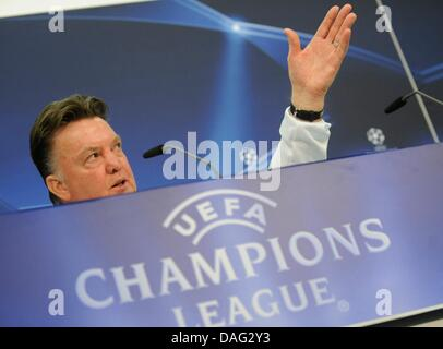 The picture shows the coach of the German national league soccer team FC Bayern Muenchen Louis van Gaal speaking - Stock Photo