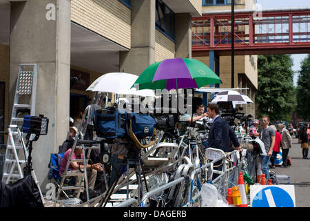 London, UK. 12th July 2013. Media outside St Mary's hospital, London Covering the birth of Kate Middleton's and - Stock Photo