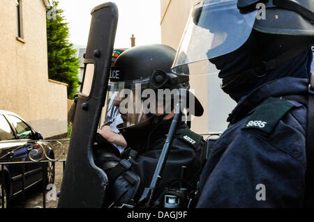 Belfast, Northern Ireland, 12th July 2013 - A team from an ARV (Armed Response Vehicle) dressed in riot gear with - Stock Photo