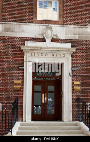 London, UK. 12th July 2013. Tthe Lindo Wing of St Marys Hospital, London, England where  the royal baby of Prince - Stock Photo