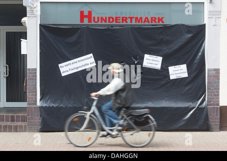 Retail dealers cover showcases to demonstrate against online dealers, Toenisvorst, Germany. - Stock Photo