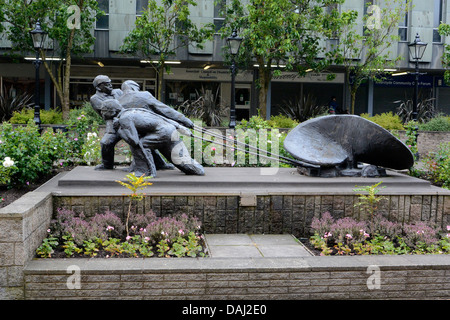 Men of the Clyde Sculpture by Naomi Hunt DA Clyde Square Cathcart Street Greenock Scotland - Stock Photo